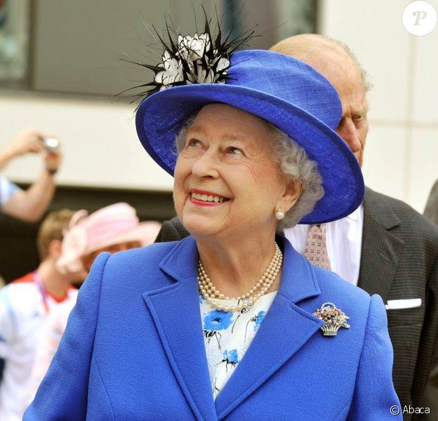 Elizabeth II et son époux le duc d'Edimbourg, rendent visite aux nageurs, lors des JO de Londres, le 28 juillet 2012.