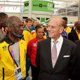 Le duc d'Edimbourg et les athlètes, lors des JO de Londres, le 28 juillet 2012.