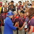 Elizabeth II salue les bénévoles lors des JO de Londres, le 28 juillet 2012.