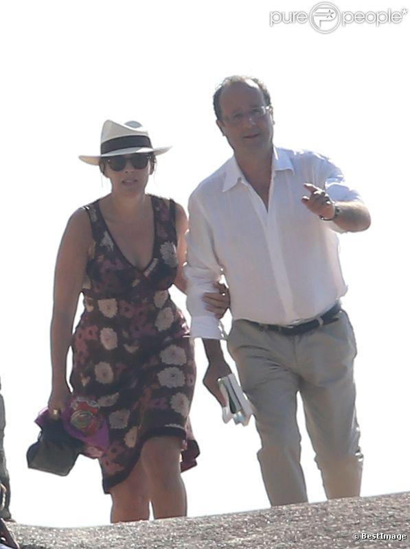 François Hollande et Valérie Trierweiler se promènent au Fort de Brégançon, le vendredi 3 août 2012.
