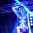"""Clara Morgane, superbe et déchaînée, lors du concert """"ON THE BEACH"""" à Liège durant lequel elle s'est produite aux côtés du DJ Jey Didarko, son mari, et de ses danseurs Harmony et Fabso le 2 août 2012."""