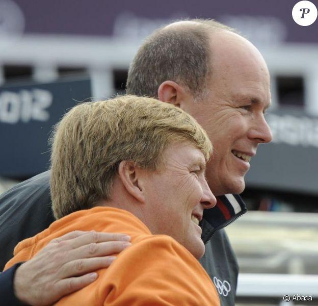 Le prince Willem-Alexander des Pays-Bas a suivi en compagnie de son ami le prince Albert II de Monaco le concours de saut d'obstacles par équipes des Jeux olympiques de Londres, le 6 août 2012, à Greenwich Park.