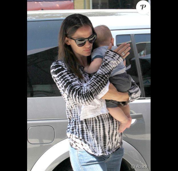 Jennifer Garner porte son petit Samuel à Los Angeles, le 7 août 2012 -
