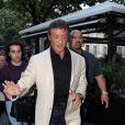 Elégant, Sylvester Stallone va au restaurant avec sa femme et ses filles à Paris le 10 août 2012