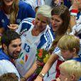 Nikola Karabatic félicité par ses proches, émus... Champions olympiques pour la seconde fois consécutive le 12 août 2012 à Londres, les Experts du hand français avaient derrière eux un public en or.