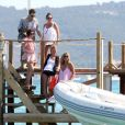 Kate Moss, Jamie Hince et Sadie Frost débarquent au Club 55 le 11 juillet 2012 dans le golfe de Saint-Tropez