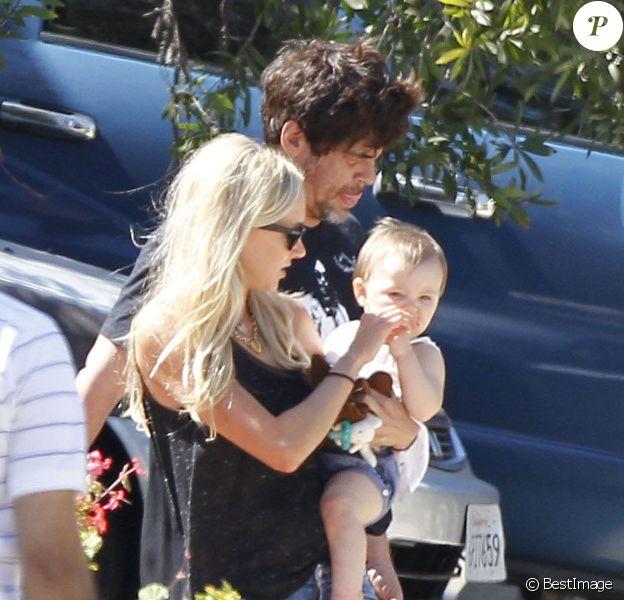EXCLU : Kimberly Stewart et Benicio Del Toro à la sortie de chez des amis en compagnie de leur fille Delilah à Los Angeles le 25 août 2012