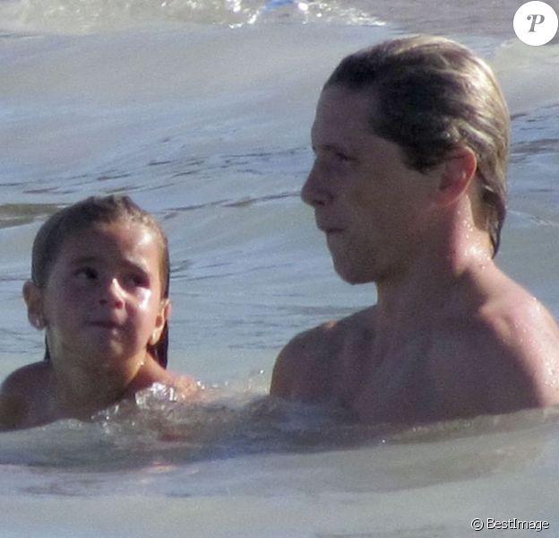 Fernando Torres le 2 septembre 2012 à Ibiza profite d'une journée avec sa fille Nora qui tente de lui remonter le moral sur une plage de l'île des Baléares