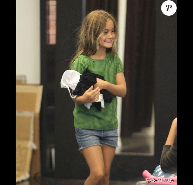 Courteney Cox : sa petite Coco Arquette essaie une paire de talons à Beverly Hills le 4 septembre 2012