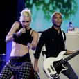 Gwen Stefani et Tony Kanal, chanteuse et bassiste du groupe No Doubt, interprètent le titre Settle Down sur la scène du Rockefeller Center. New York, le 5 septembre 2012.