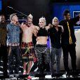 Gwen Stefani les membres de No Doubt saluent le public après avoir interprété le titre Settle Down lors du concert de lancement de la saison 2012 de football américain. New York, le 5 septembre 2012.
