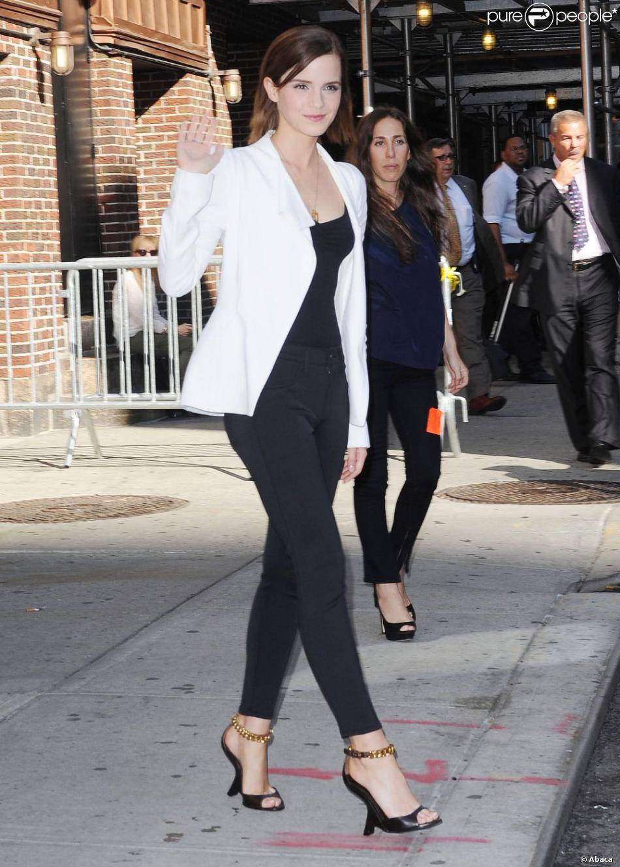 Pantalon noir veste blanche femme