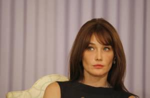 Carla Bruni accueillie à Libé  sous les cris : 'Carla Bruni au RMI' !
