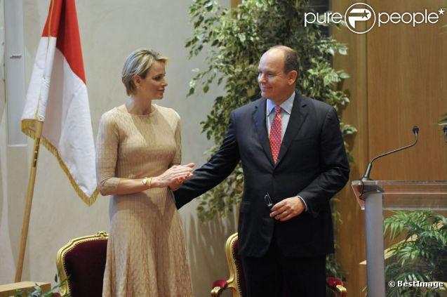 Un geste tendre d'Albert de Monaco pour Charlene à l'inauguration du nouveau siège du Conseil National monégasque, le 12 septembre 2012.