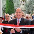 Albert de Monaco coupe le traditionnel ruban pour inaugurer le nouveau siège du Conseil National monégasque, le 12 septembre 2012.