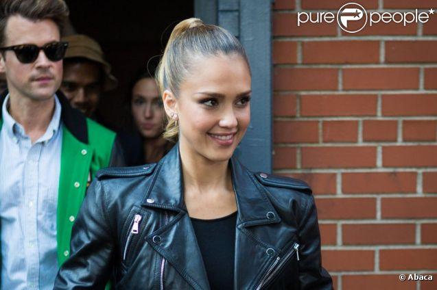 Jessica Alba, suivie de son styliste Brad Goreski, quitte les studios Skylight SoHo où avaient lieu le défilé Ralph Lauren printemps-été 2013, l'avant-dernier de la fashion week new-yorkaise. New York, le 13 septembre 2012.