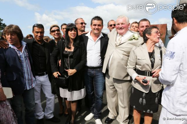 Thierry et Annie se sont mariés le 15 septembre 2012. Leurs amis candidats de l'Amour est dans le pré sont de la partie !