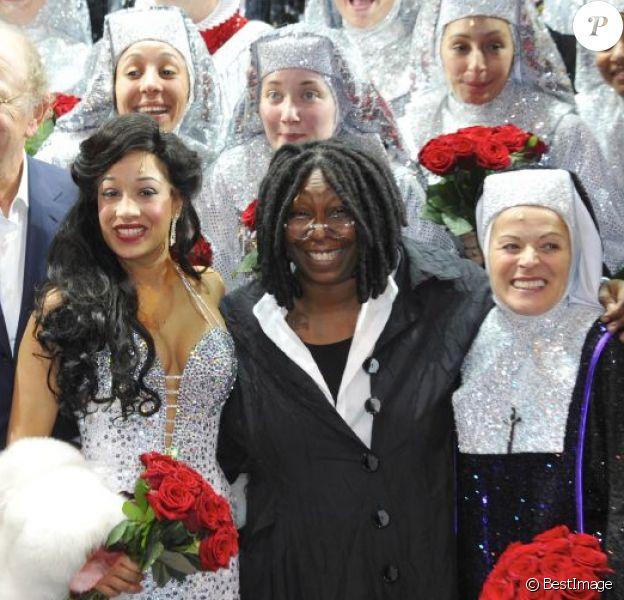 Whoopi Goldberg, Kania et la troupe sur scène à la générale de Sister Act, la comédie musicale au Théâtre Mogador, à Paris, le 20 septembre 2012.