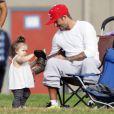 David Beckham regarde ses enfants jouer au football aux côtés de la petite Harper, le samedi 22 septembre à Los Angeles.