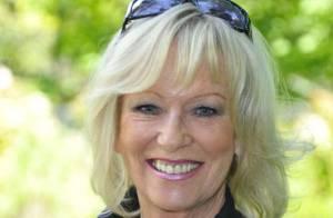 Evelyne Leclercq : A 60 ans, elle affiche en transparence sa belle poitrine !
