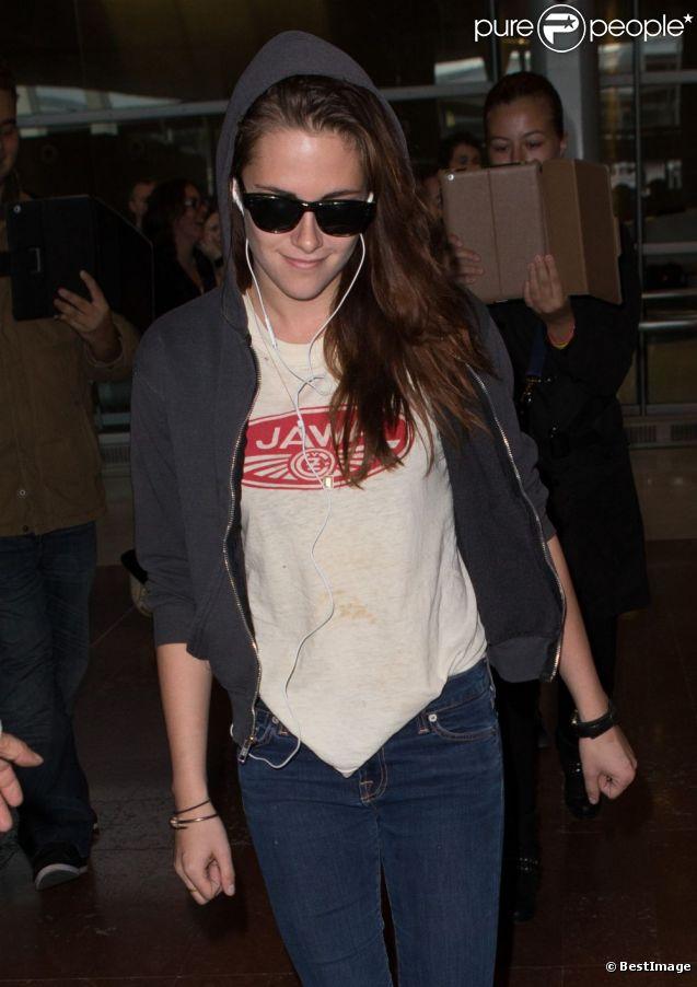 Kristen Stewart affiche un petit sourire satisfait à son arrivée à l'aéroport Roissy Charles de Gaulle. Le 26 septembre 2012.