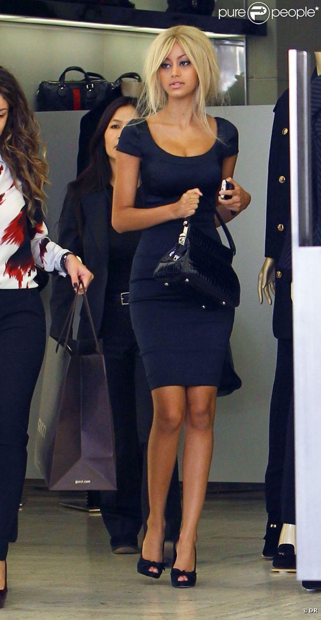 Zahia en pleine séance de shopping dans les beaux quartiers de Los Angeles, à Beverly Hills. En septembre 2012