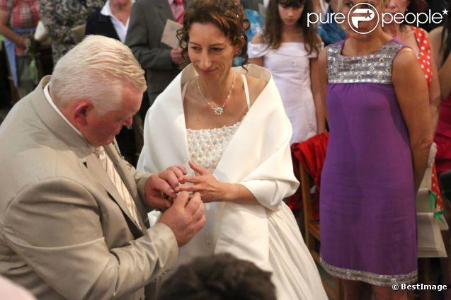 Thierry Olive passe la bague au doigt d'Annie lors de leur mariage religieux en l'église de Gavray, le 14 septembre 2012