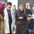 Blake Lively occupée à regarder son téléphone sur le tournage de Gossip Girl, le 1er octobre 2012 à New York