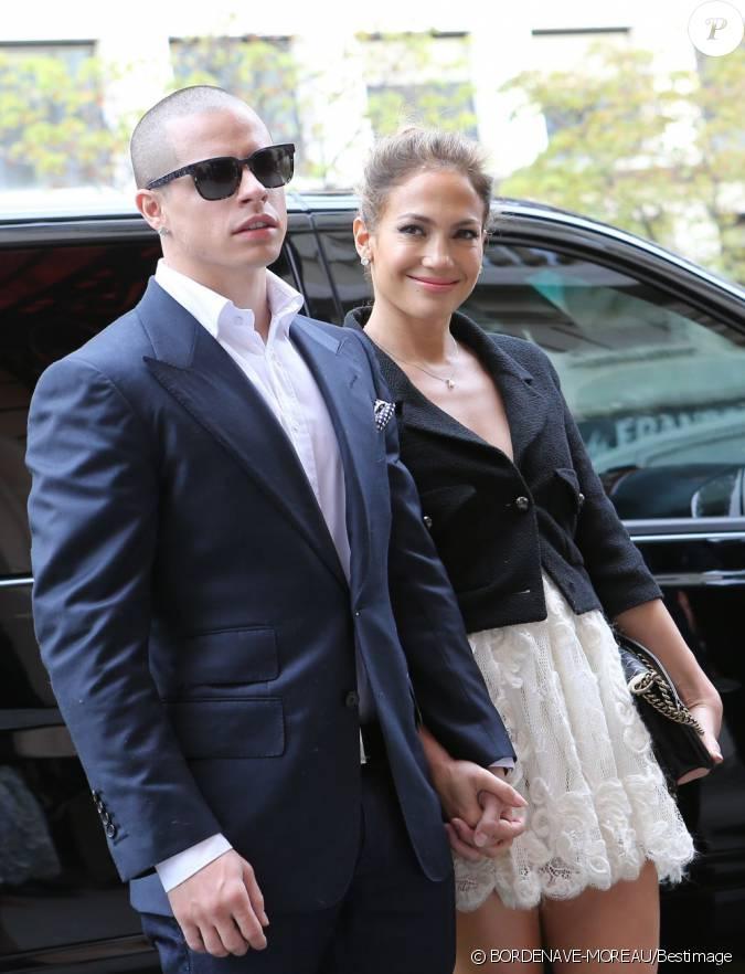 Jennifer lopez arrive au grand palais pour le d fil for Robes blanches simples pour le mariage de palais de justice