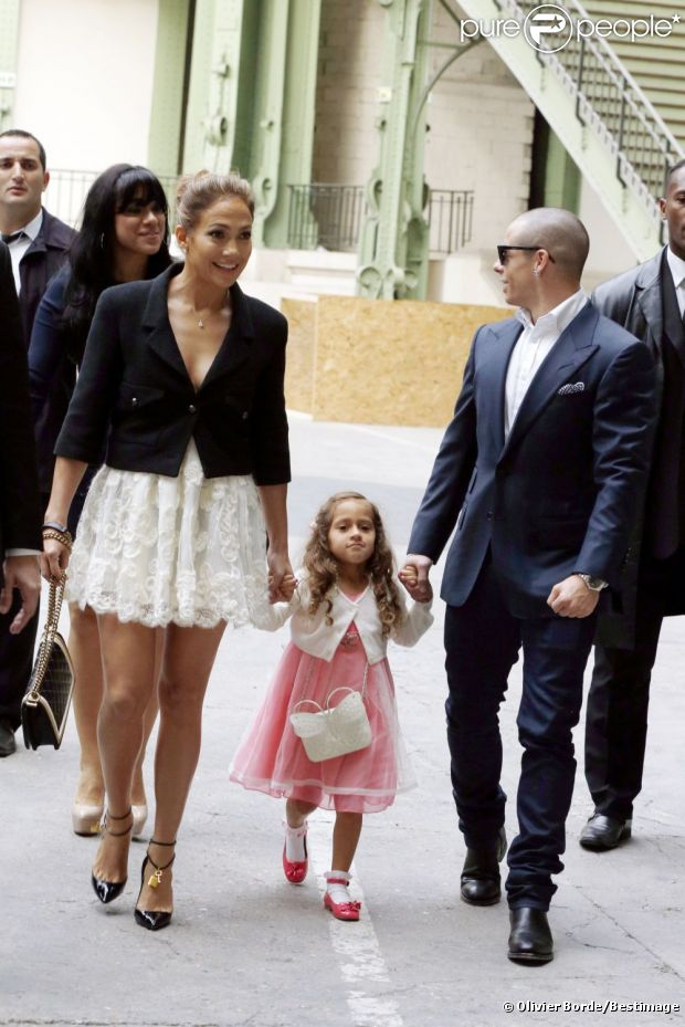 Jennifer Lopez, souriante, quitte le défilé Chanel à Paris le 2 octobre 2012
