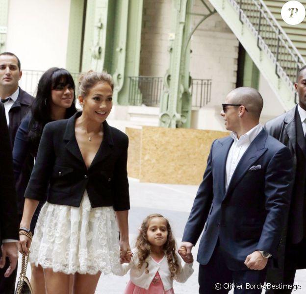 Jennifer Lopez, souriante, quitte le défilé Chanel à Paris le 2 octobre 2012