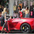 AnnaLynne McCord interpelle un riche jeune homme sur le tournage de la cinquième saison de 90210, le 3 octobre 2012 à Santa Monica