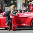 AnnaLynne McCord, Shenae Grimes et Jessica Lowndes sur le tournage de la cinquième saison de 90210, le 3 octobre 2012 à Santa Monica. Cette scène rappelle beaucoup Pretty Woman.