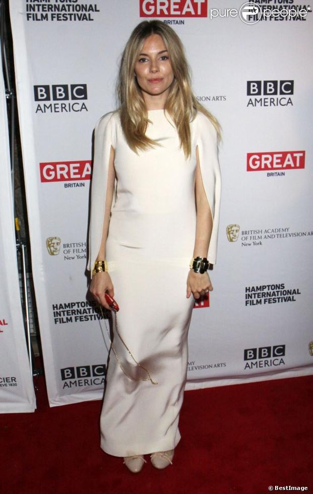 Sienna Miller, sublime dans sa robe Alessandra Rich à la projection du film That Girl lors du 20e Festival International du Film des Hamptons. East Hampton, le 6 octobre 2012.