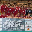 Ycare, Grégoire, Jean-Alain Boumsong et les membres de leur équipe lors du Foot-Concert qui se déroulait à Lyon le 13 octobre 2012 au profit de l'association Huntington Avenir