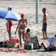 Exclusif - Alessandra Ambrosio profite du soleil et de la plage avec sa fille et des amis. Malibu, le 14 octobre 2012.