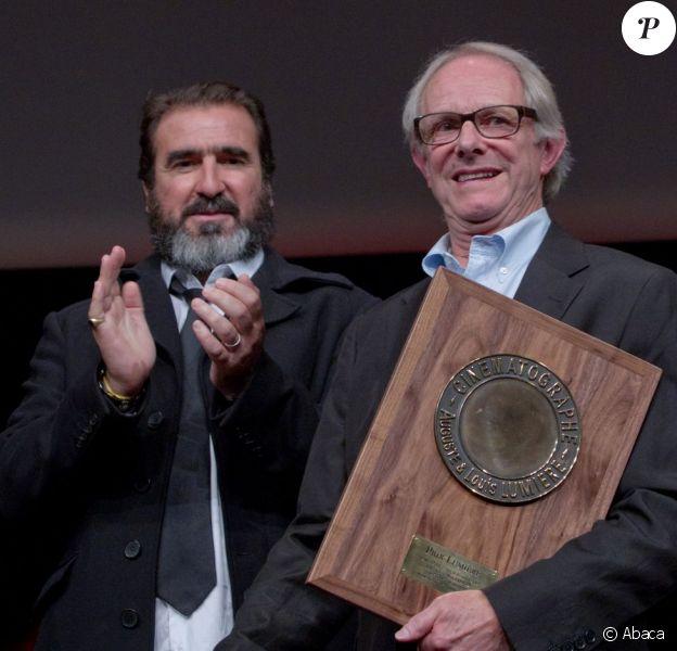 Eric Cantona a remis le Prix Lumière au réalisateur Ken Loach, à Lyon le 20 octobre 2012.