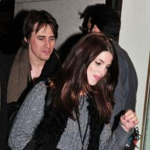 Ashley Greene et Reeve Carney au Rockefeller Center de New York en  novembre 2011.