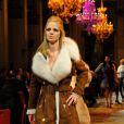 Astrid Guyart défile lors du neuvième gala Un Maillot pour la Vieà l'Hôtel de Ville de Paris le 24 octobre 2012