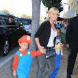Jamie Pressley avec son fils Dezi James et un ami, arrive à la soirée EBMRF & Sony PlayStation's Epic Halloween Bash à Los Angeles le 27 octobre 2012.