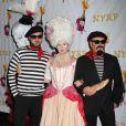 Debra Messing entouré de Michael Kors et son mari au bal annuel d'Halloween organisé par Bette Midler, à New York, le 31 octobre 2012.