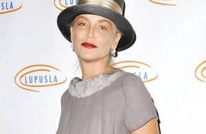Sharon Stone en famille et étrangement habillée pour une soirée de charité
