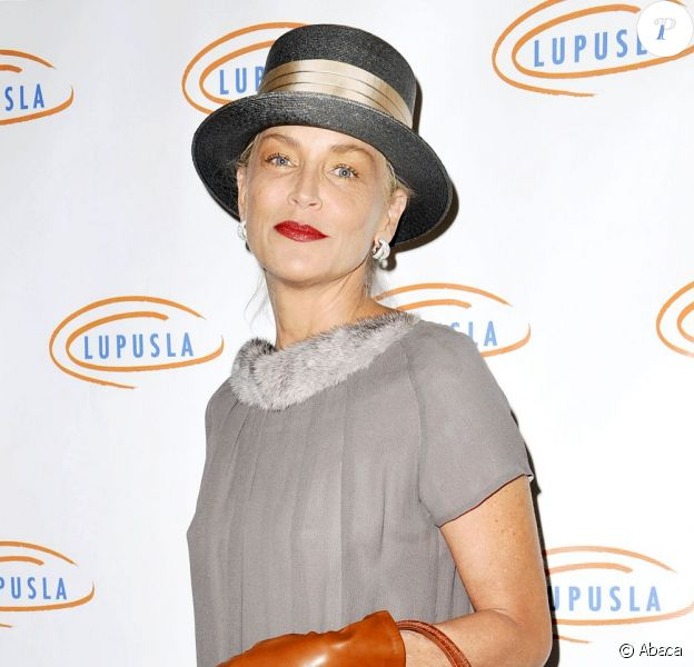 Sharon Stone à la 10e soirée annuelle Hollywood Bag Ladies Luncheon pour l'association LUPUS LA à Beverly Hills le 1er novembre 2012.