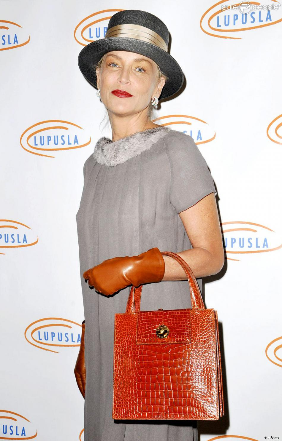 Sharon Stone à la 10e soirée annuelle  Hollywood Bag Ladies Luncheon  pour l'association LUPUS LA à Beverly Hills le 1er novembre 2012.