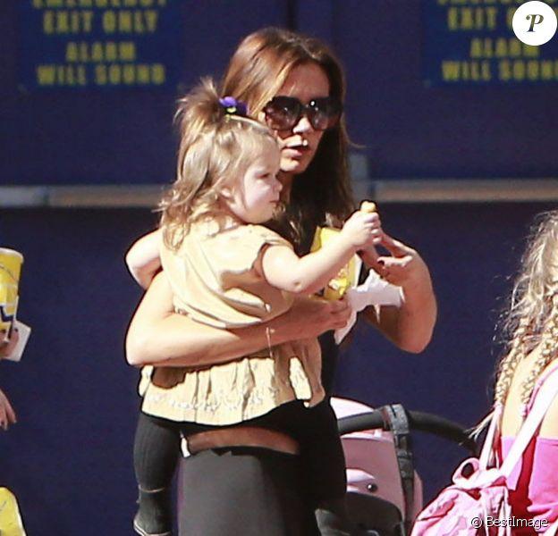 Victoria Beckham tient dans ses bras la petite Harper alors qu'elle se promène à Universal City, le 4 novembre 2012.