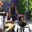Victoria Beckham et ses enfants Brooklyn, Romeo, Cruz et Harper passent un dimanche en famille le 4 novembre 2012.