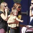 Victoria Beckham et toute sa petite famille se promènent pendant que Cruz fait de l'aerokart, le 4 novembre 2012.