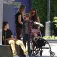 """Victoria Beckham et ses adorables enfants Brooklyn, Romeo, Cruz et Harper se promènent à Universal City, le 4 novembre 2012."""
