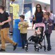 Victoria Beckham et ses adorables enfants Brooklyn, Romeo, Cruz et Harper se promènent à Universal City, le 4 novembre 2012.