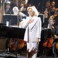 Sylvie Vartan remercie son public lors de son concert à la Salle Pleyel à Paris le 23 novembre 2011.